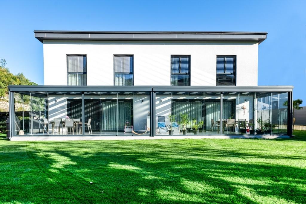 Sommergarten Alu 48 b | Alu-Glas Terrassenüberdachung modern anthrazit mit Schiebe-Gläsern | Svoboda