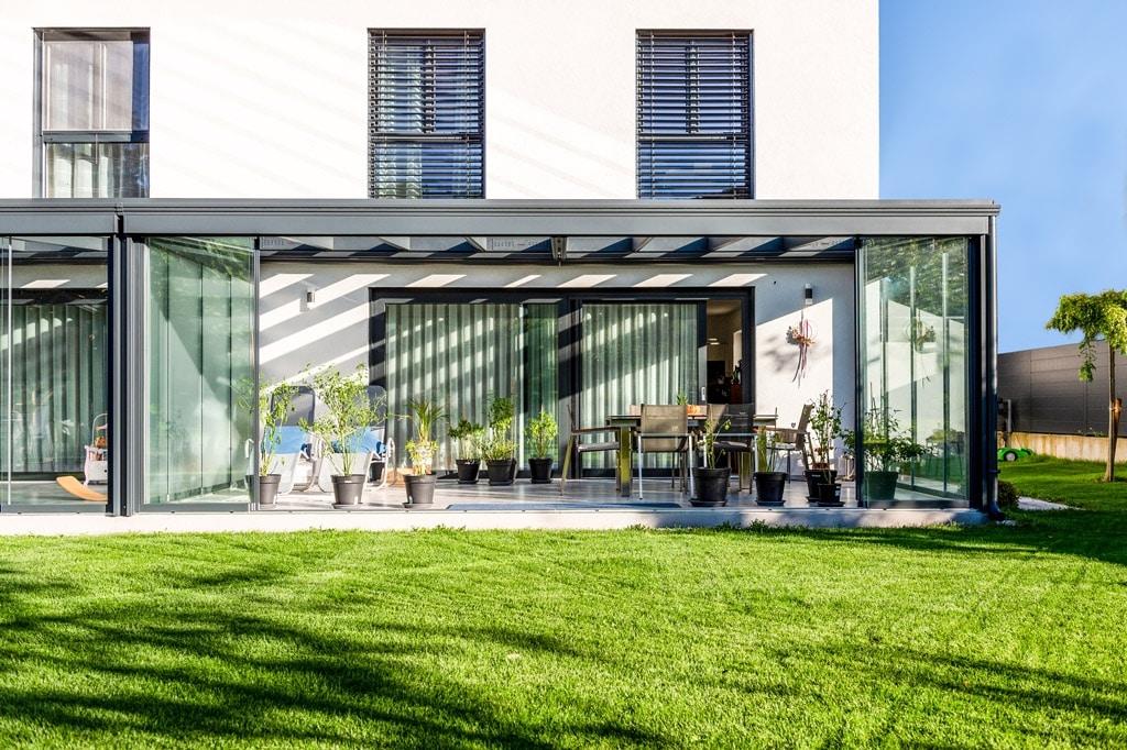 Sommergarten Alu 48 i | Kalt-Wintergarten mit geöffneten Glas-Elementen auf Vorderseite | Svoboda