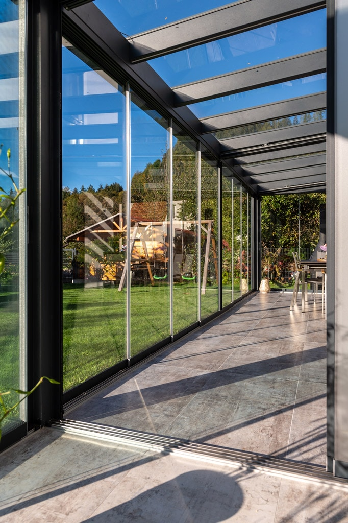 Sommergarten Alu 48 l | Innenansicht geschlossenen Schiebeverglasung bei Terrassendach | Svoboda