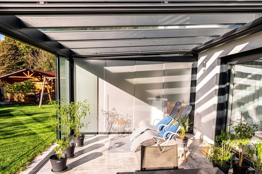 Sommergarten Alu 48 o | Glas-Schiebe-Elemente matt als Sichtschutz zwischen Doppelterrasse | Svoboda