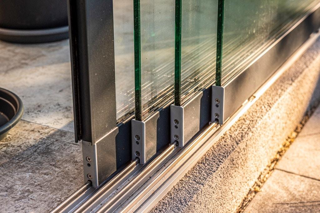 Sommergarten Alu 48 v | Detailbild Bodenlaufschiebe bei Glas-Schiebe-Elementen vierspurig | Svoboda