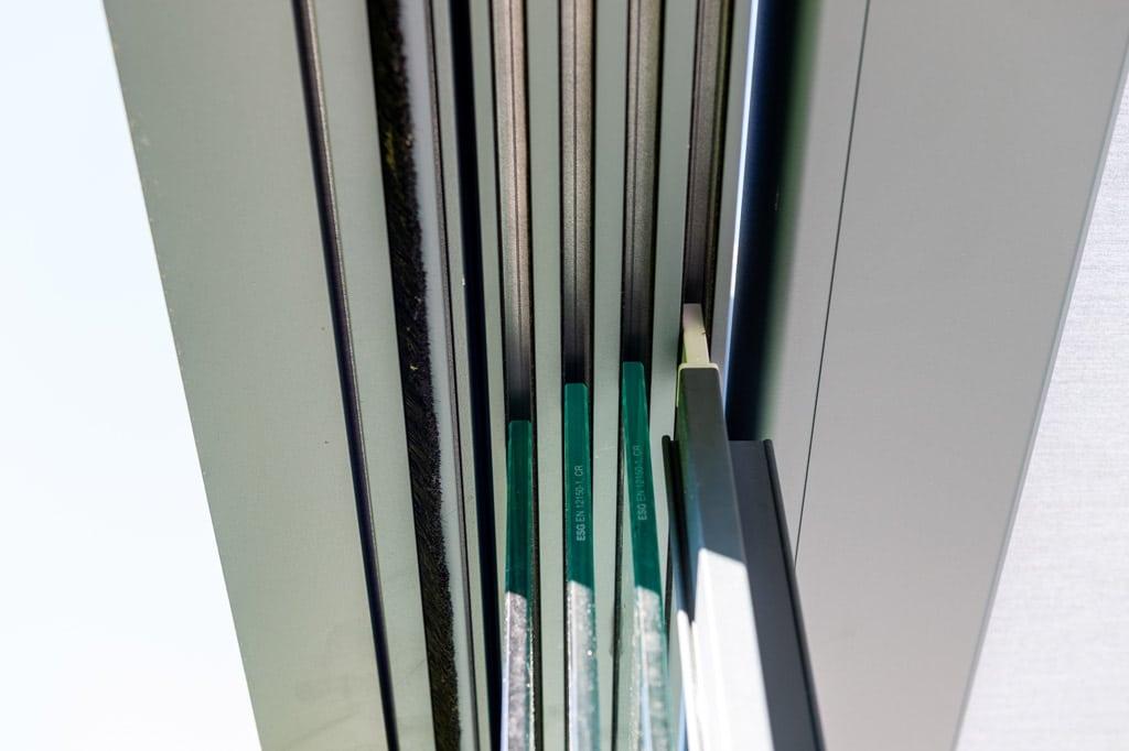 Sommergarten Alu 48 y | Detailbild Decken-Führungsschiene bei Schiebe-Verglasung 4-spurig | Svoboda
