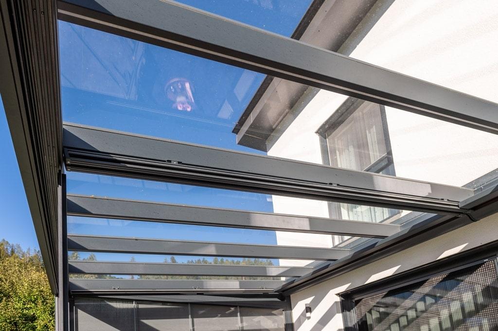 Sommergarten 48 z10 | Unteransicht Alu-Glas-Terrassendach mit Klarglas und LED-Streifen | Svoboda