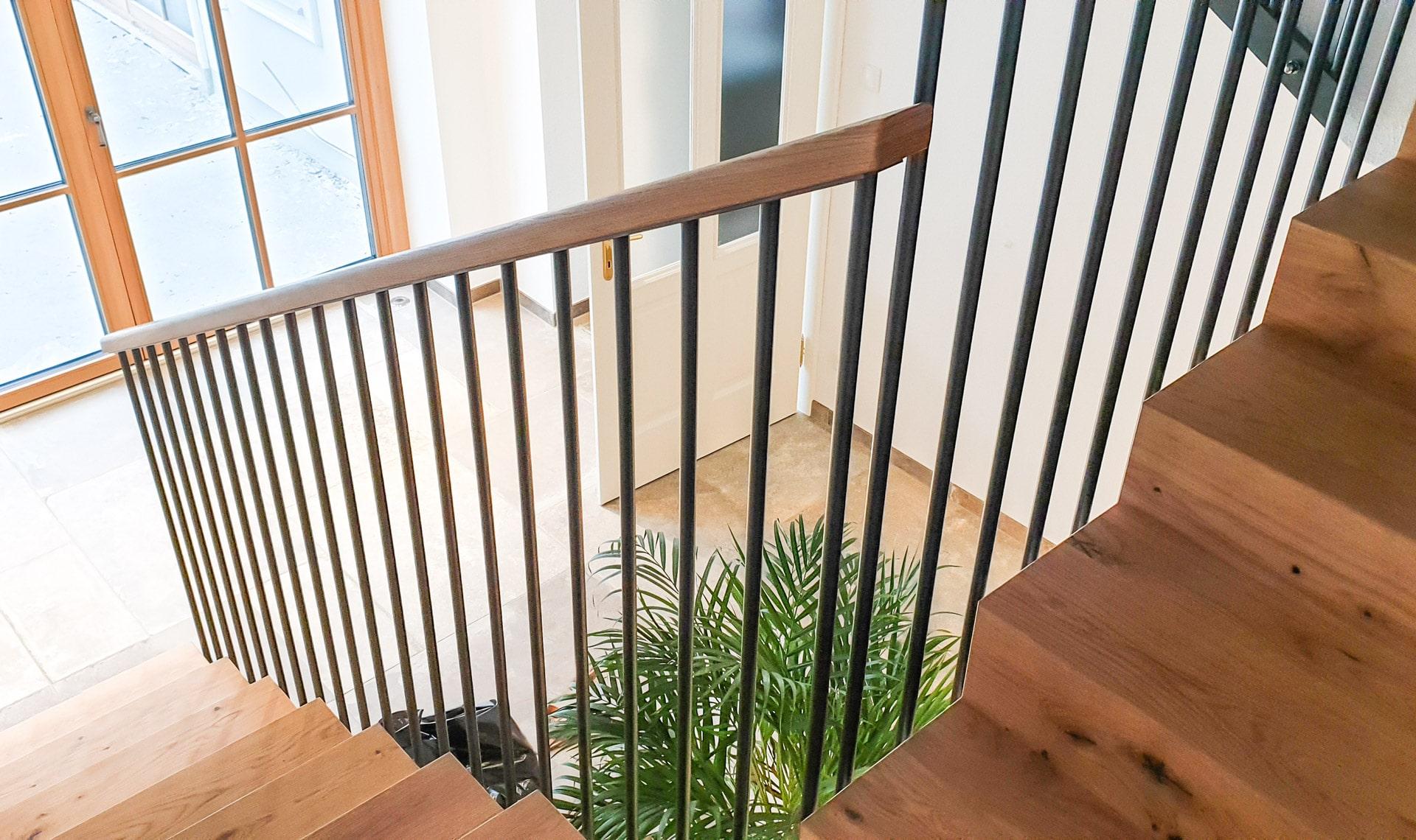 Sonder 01 a | modernes Stiegengeländer Innen, schwarze runde Stäbe, eckiger Holzhandlauf | Svoboda