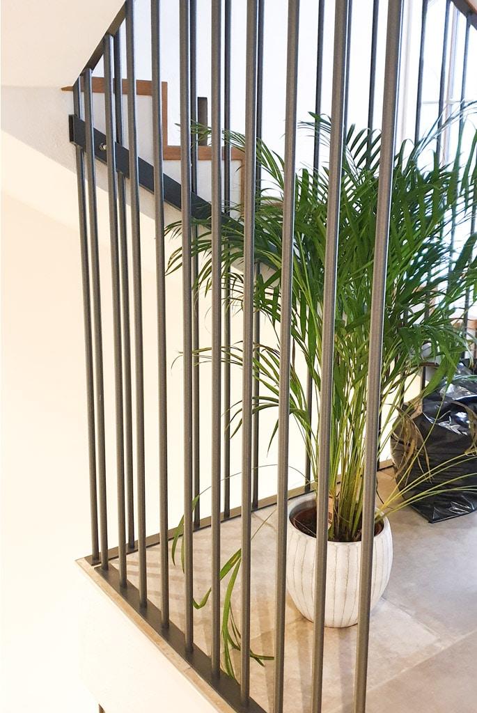 Sonder 01 i | modernes Designer Innengeländer mit senkrechten runden Stäben schwarz | Svoboda