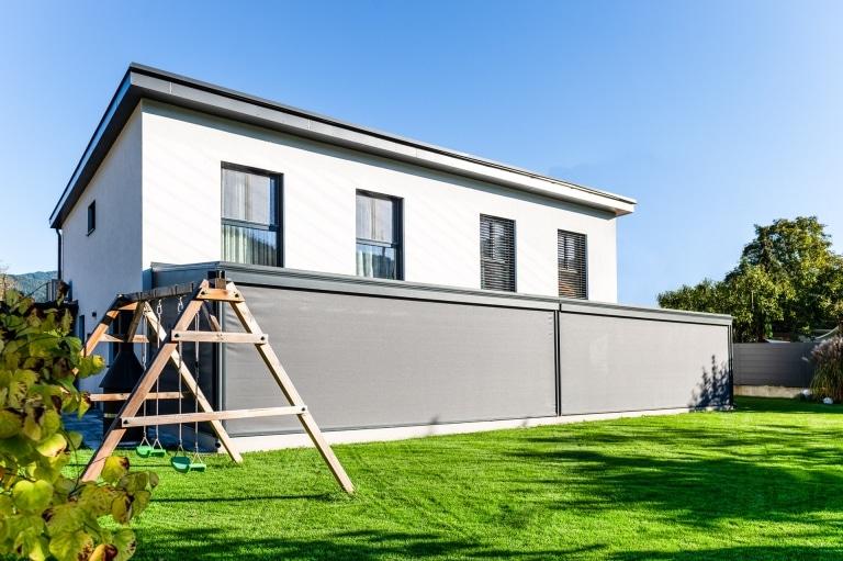 Z 17 a   graue senkrechte Markisen offen bei Sommergarten bei modernen Doppelhaus-Hälften   Svoboda
