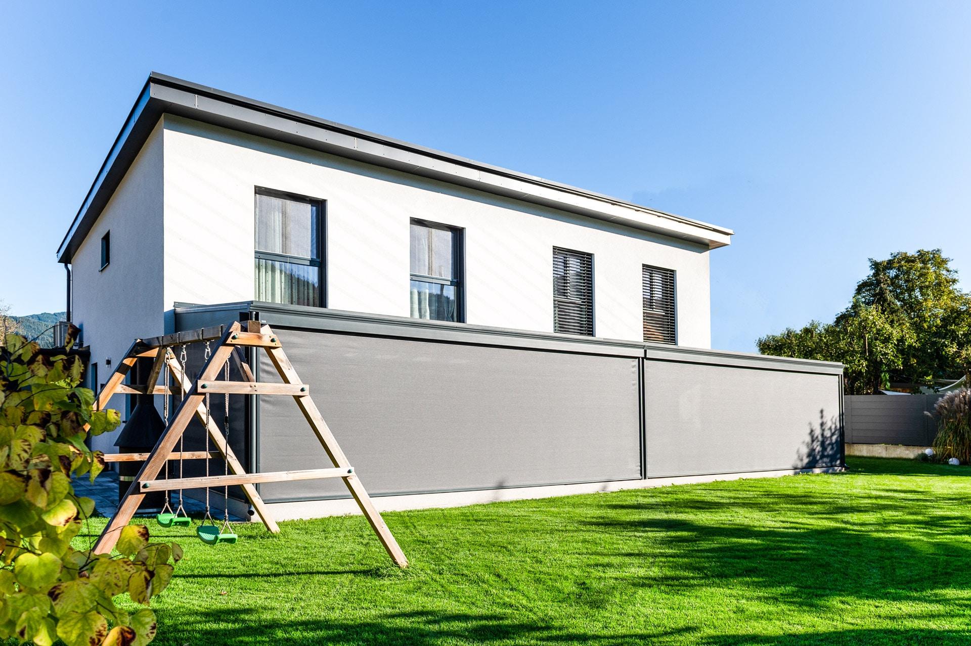 Z 17 a | graue senkrechte Markisen offen bei Sommergarten bei modernen Doppelhaus-Hälften | Svoboda