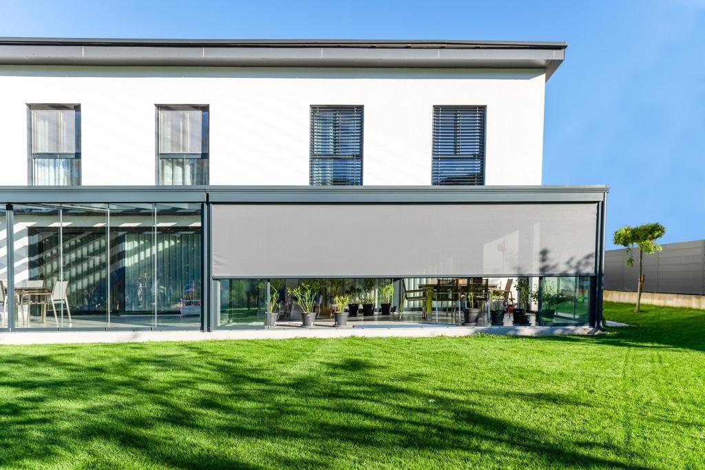 Z 17 f | Vertikale graue Blendschutz Markise halb offen bei Aludach bei modernem Haus | Svoboda
