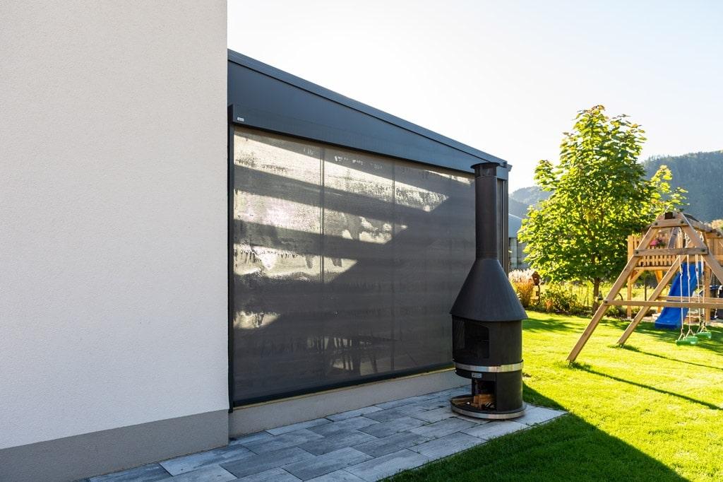 Z 17 h | Graue Senkrechtmarkise auf Terrasse als vertikaler Sonnenschutz und Sichtschutz | Svoboda