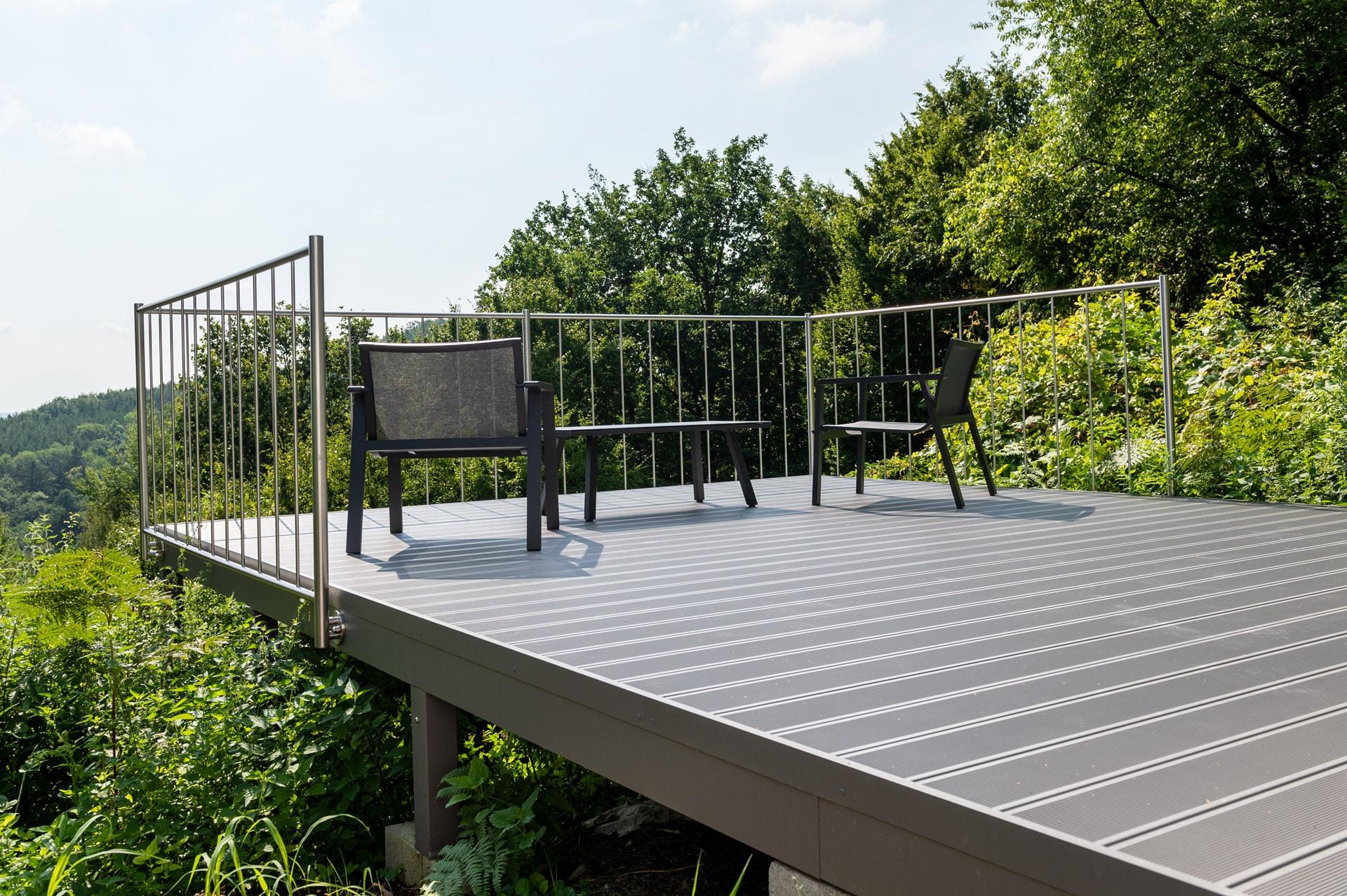 Zubau 19 d | Angebaute Terrasse mit Aussichtssteg in steilem Hang aus Metall bzw. Alu | Svoboda