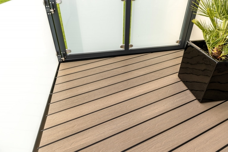 B Fano Ultrashield 03 c | Brauner WPC-Boden mit Holzmaserung, diagonal mit Gummidichtung | Svoboda