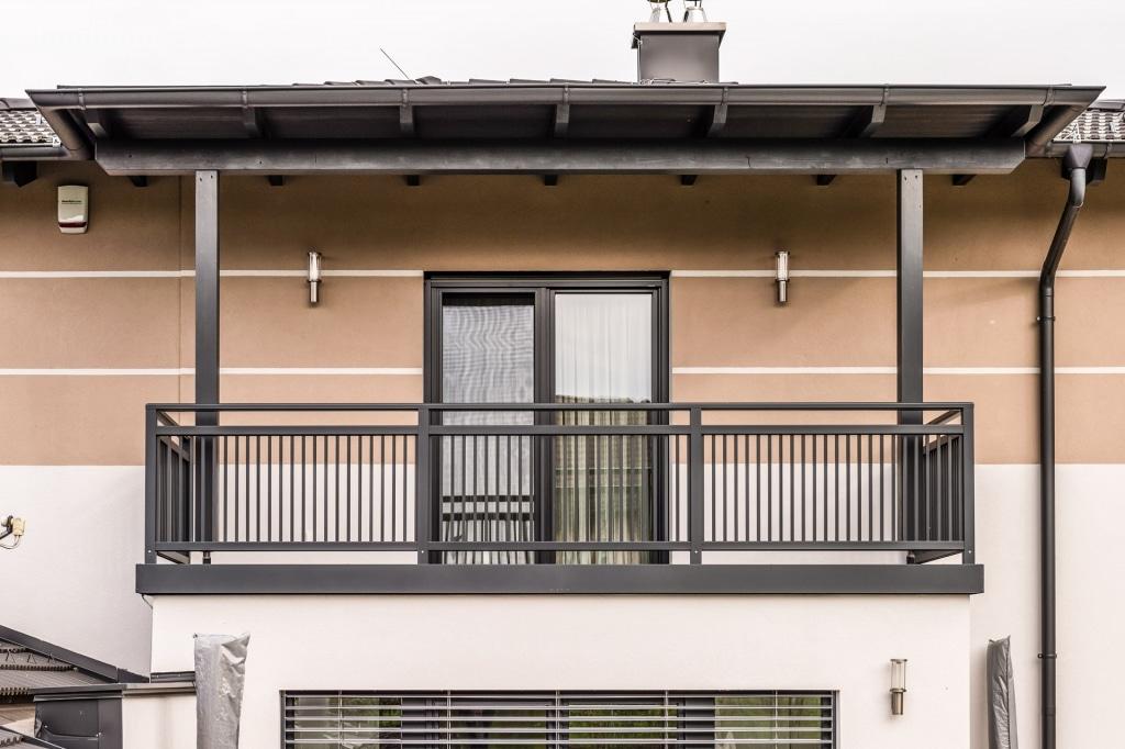Graz 16 e | aufgesetztes Aluminiumgeländer bei Balkon mit vertikalen Stäben dunkelgrau | Svoboda