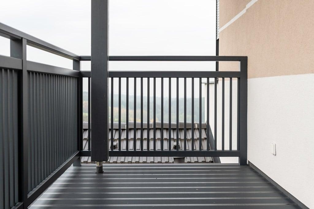Graz 16 j | auf Bodenaufgesetzt montierter Alubalkon mit Stangen, dunkelgrau | Svoboda Metalltechnik