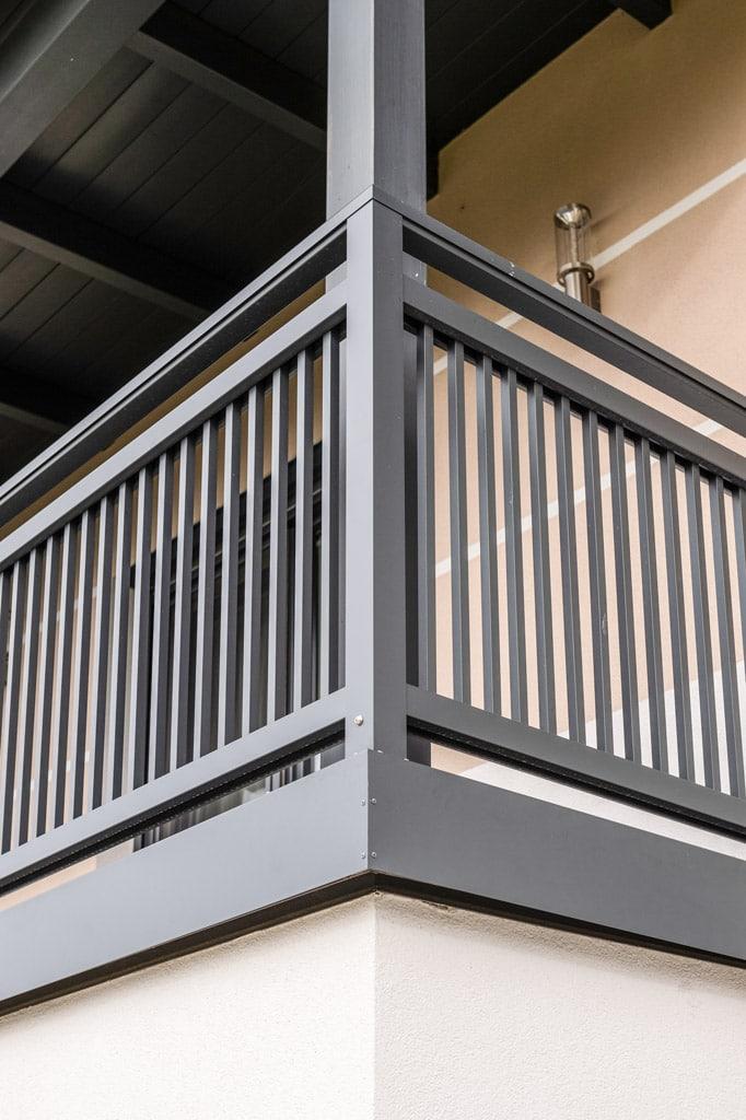 Graz 16 k | dunkelgraues Balkon Aluminiumgeländer mit glatter stirnseitiger Verblendung | Svoboda