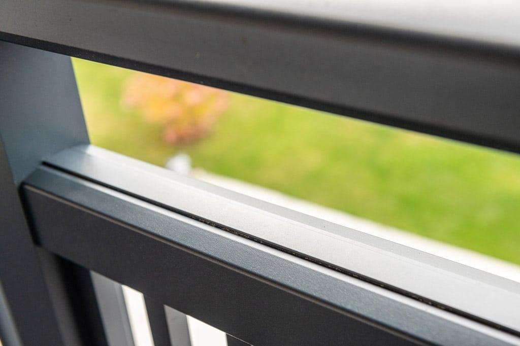 Graz 16 s | Detailbild Obergurt von dunkelgrau beschichtetem Aluminiumbalkongeländer | Svoboda