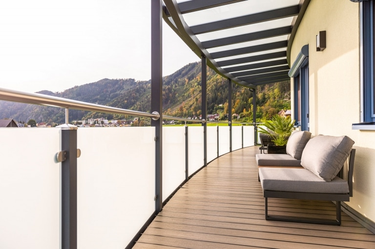 Mödling 23 c | Modernes Geländer bei runder Terrasse aus Alu-Edelstahl-Glas Innenansicht | Svoboda