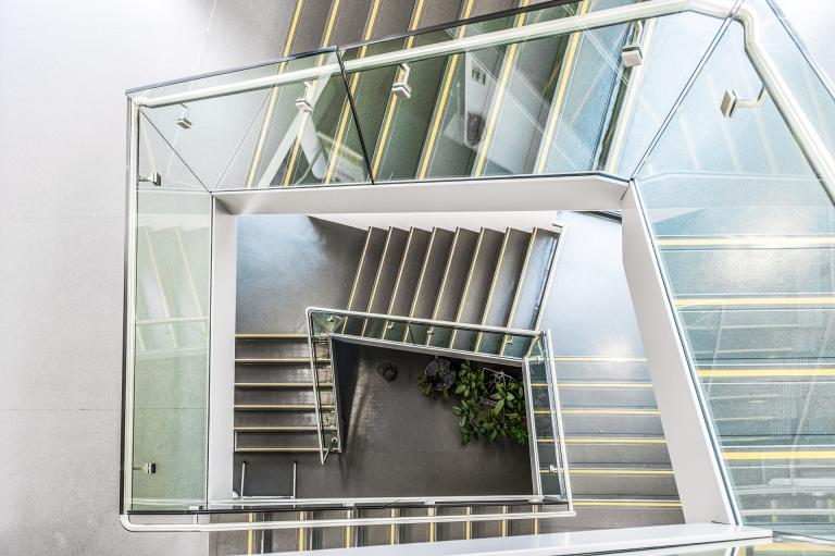 Pisa 10 o | Modernes Glas Stiegengeländer bei Stiegenhaus über mehrere Stockwerke von oben | Svoboda