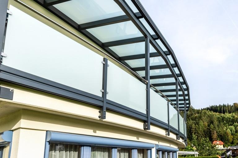 Terrassendach Alu 98 e   Aluminiumgeländer mit VSG-Mattglas & Terrassendach, Alu Anthrazit   Svoboda