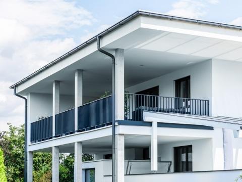 Wien 04 g | Modernes stilvolles Aluminiumbalkongeländer 7016 bei modernem Flachdach Haus | Svoboda