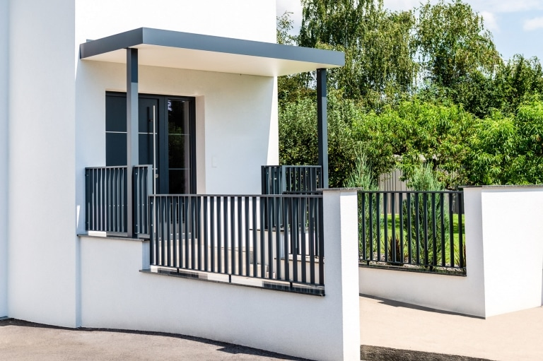 ZA Wien 02 g | Moderner Design Zaun auf Mauer Aluminium Flachstahl anthrazit bei Eingang | Svoboda
