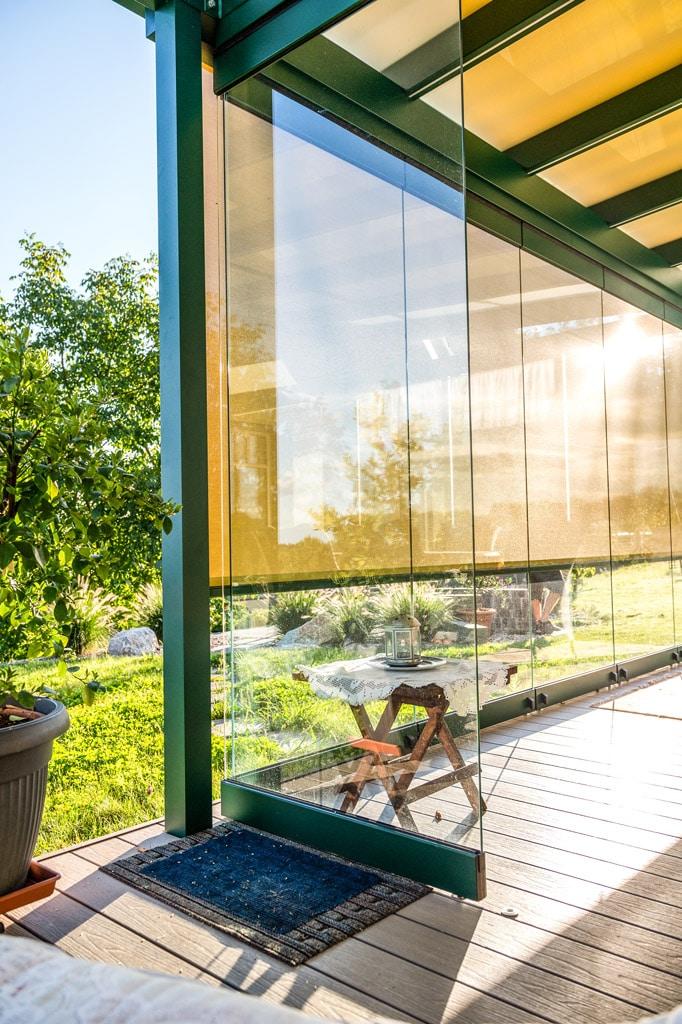Sommergarten Alu 49 k | Schiebe-Dreh-Verglasung mit Eckführung bei Terrasse, Alu-Moosgrün | Svoboda