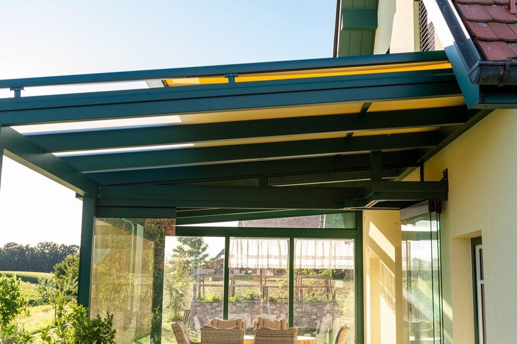 Sommergarten Alu 49 s | mit Terrassendach und gelber halb offener Aufdachmarkise | Svoboda