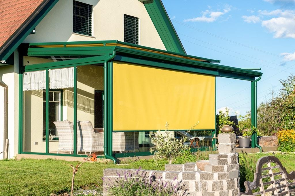 Sommergarten Alu 49 z | moosgrün mit gelber Senkrechtmarkise und Aufdachmarkise | Svoboda