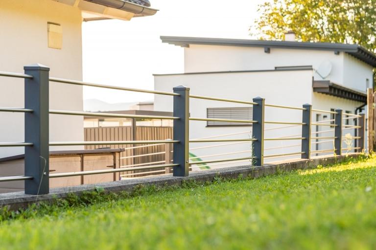 ZA Sonder 09 a | Zaun auf Mauer mit Anthrazit Aluminiumsteher und Nirostastäben quer | Svoboda