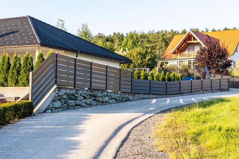 ZA Sonder 10 a | Moderner Alu-Zaun im Garten mit waagrechten Platten bzw. Latten 7016 | Svoboda