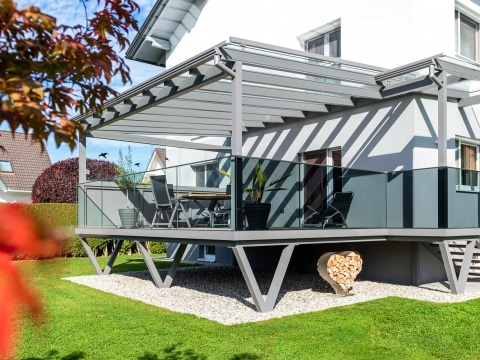 Augsburg 18 a | Modernes Glasgeländer bei Terrasse, Frontseite Klarglas, seitlich Grauglas | Svoboda