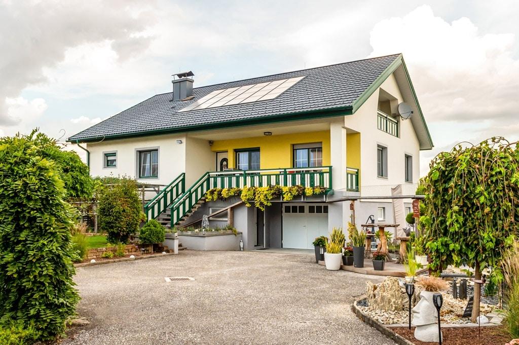Baden 31 a | Absturzsicherung aus Aluminium bei Terrasse und Stiegenaufgang grün-weiß| Svoboda
