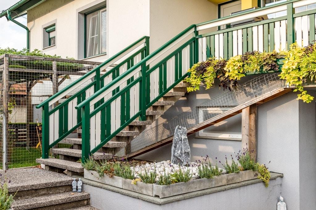 Baden 31 e | Vertikale Latten bei Aluminiumstiegengeländer in moosgrün-weiß | Svoboda Metalltechnik