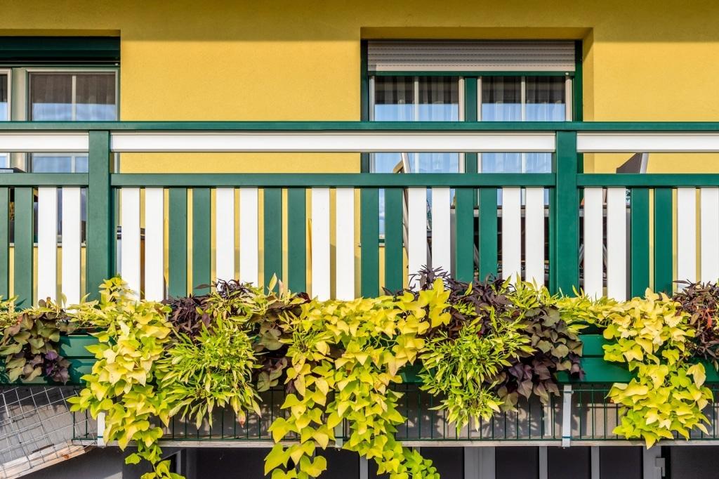Baden 31 o | Grün-Weißes Aluminium-Balkongeländer in Klavieroptik mit Blumenkästen | Svoboda