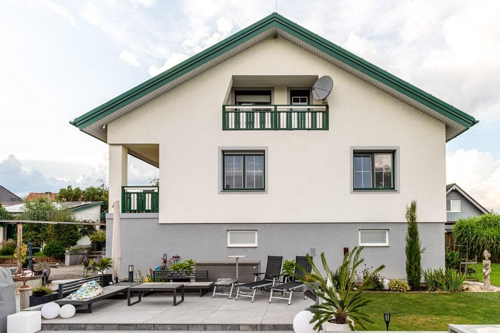 Baden 31 s | Grün-Weiß abwechselnd gestreifter Balkon aus Alu mit senkrechten Latten | Svoboda