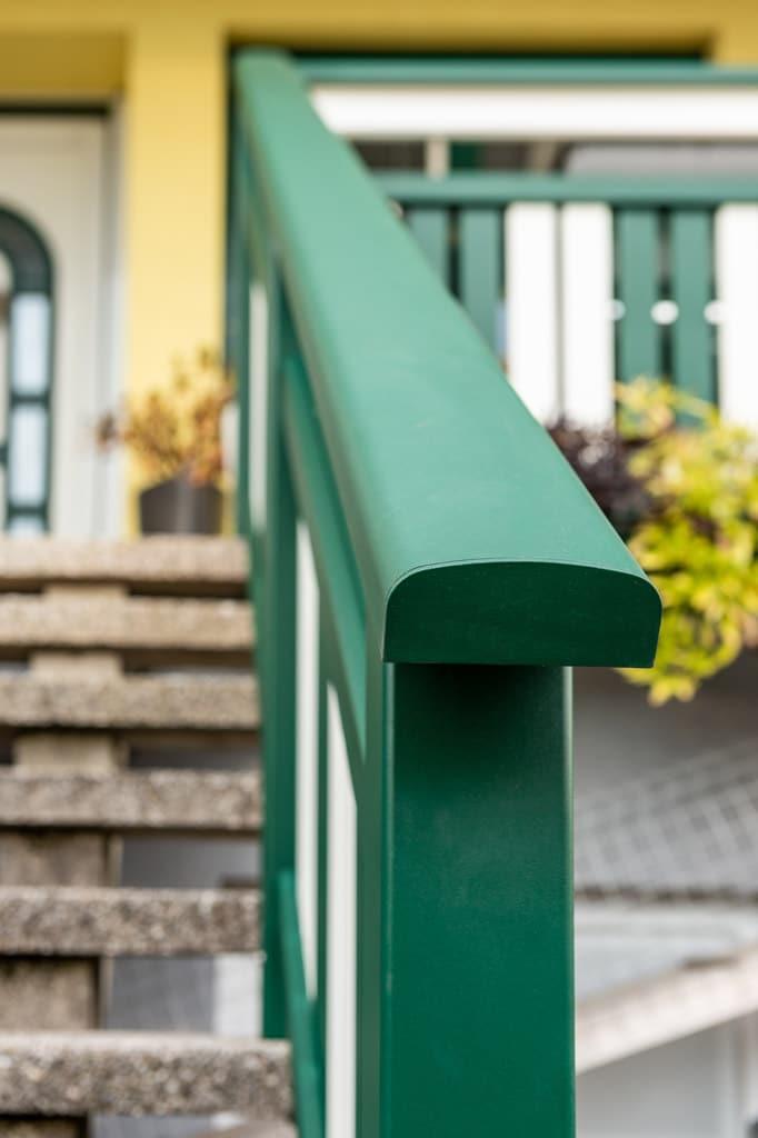 Baden 31 v | Aluminiumhandlauf breite Ausführung bei Stiegengeländer moosgrün beschichtet | Svoboda