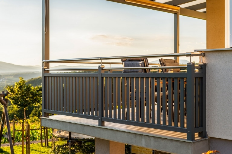 Baden 32 f | Geländer bei Terrasse aus vertikalen Alulatten, Aufsatzmontage, Niro-Handlauf | Svoboda