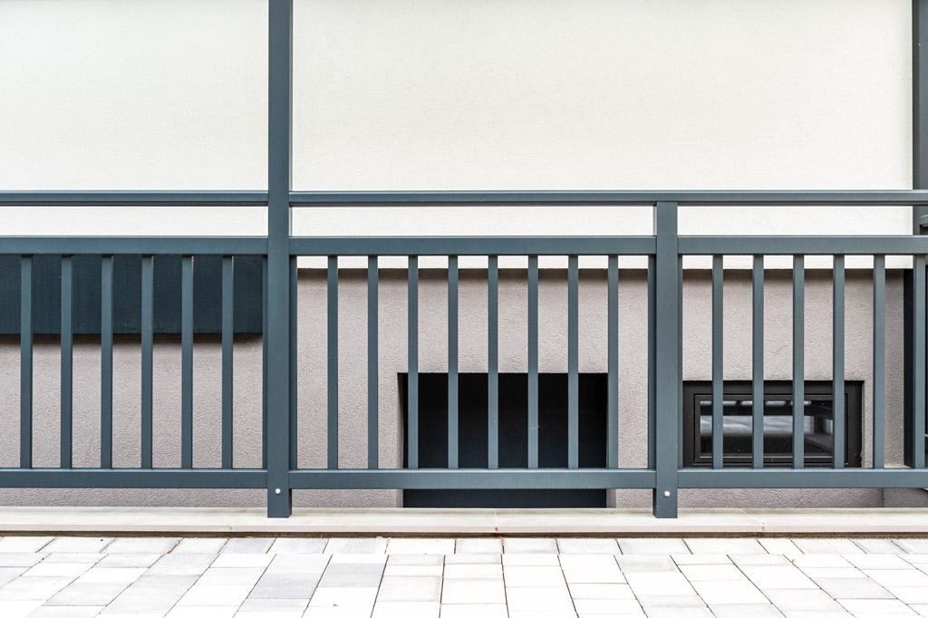 Baden 33 n   Modernes Geländer auf Boden aufgesetzt montiert mit eckigen Stangen senkrecht   Svoboda