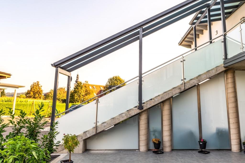 Bremen 77 z29 | Edelstahl-Glas Stiegengeländer stirnseitig montiert bei Betonstiege | Svoboda