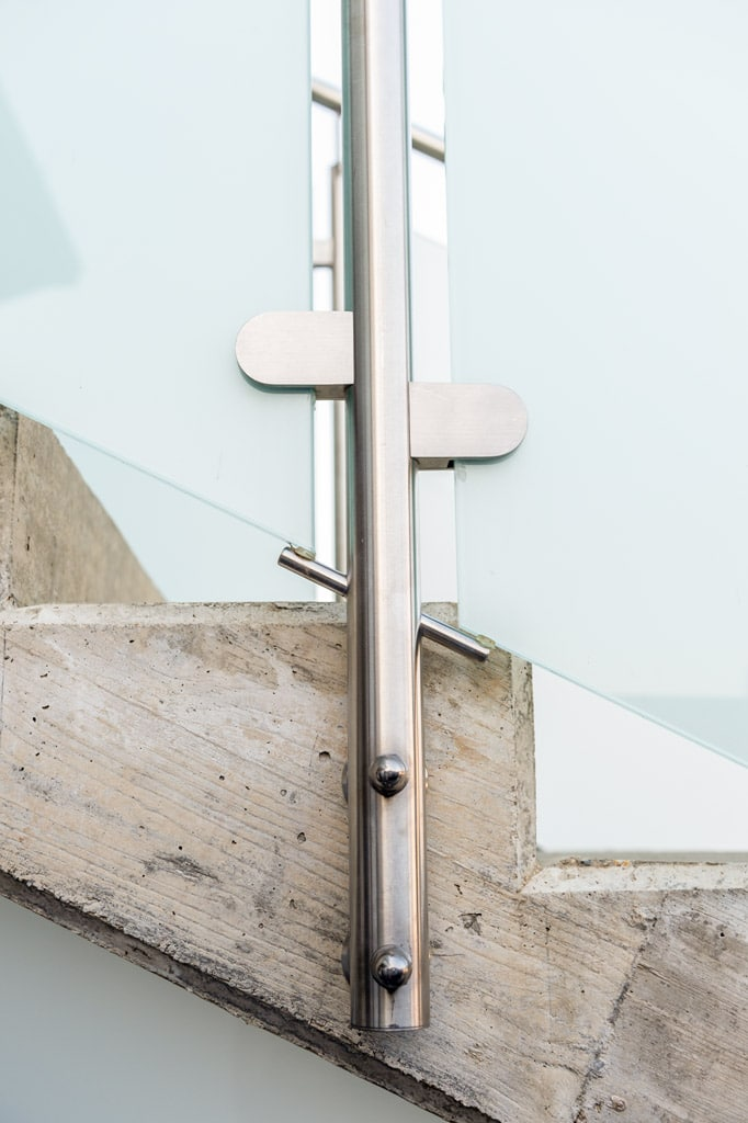 Bremen 77 z7 | Stirnseitig montierter Edelstahlsteher bei Niro-Mattglas Stiegengeländer | Svoboda