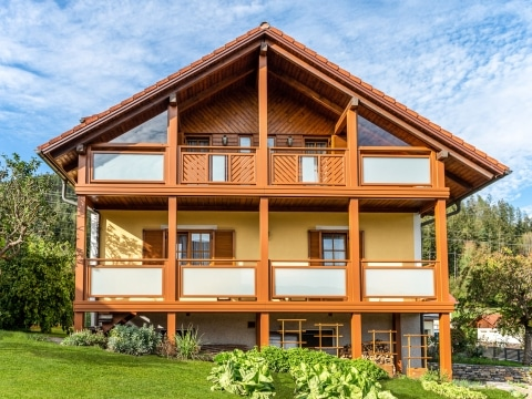 Hall 09 b | brauner Aluminium-Balkon mit matter Glasfüllung VSG Verbundsicherheitsglas | Svoboda