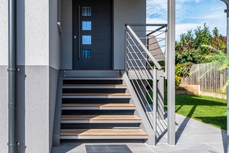 S 43 a | Graue Aussenstiege aus Aluminium mit HPL-Platten-Treppen in Holzoptik | Svoboda