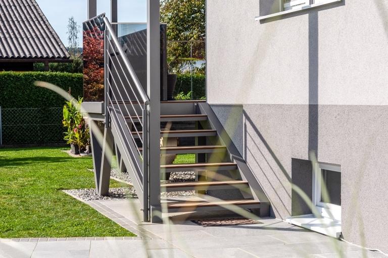 S 44 a | Aluminium-Stiege bei Terrasse hellgrau beschichtet mit Alu-Rundrohr Geländer | Svoboda