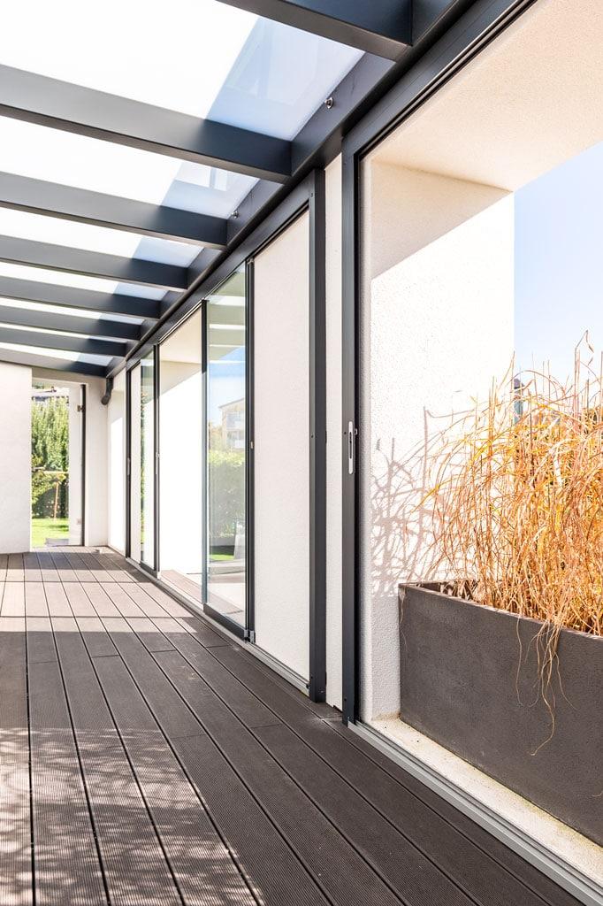 Schiebe 11 d   Öffenbare Windschutz-Schiebe-Verglasung auf Terrasse in Alu-Konstruktion   Svoboda