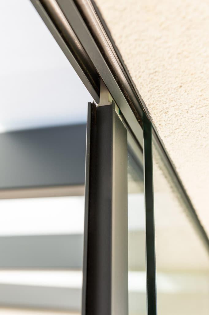 Schiebe 11 w   Obere Führungsschiene mit Schiebeglaselement Detailbild   Svoboda Metalltechnik