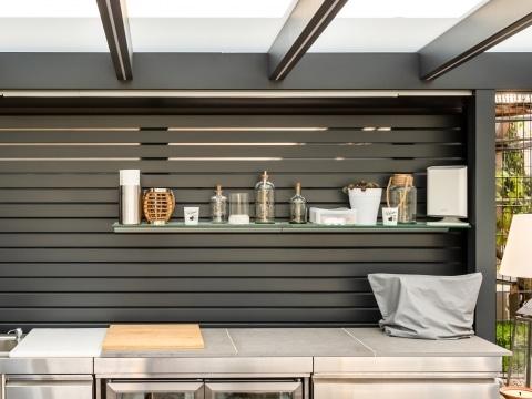 Sichtschutz 28 a | Seitlicher Sichtschutz bei Alu-Glas-Dach aus modernen Rhomboid-Latten | Svoboda