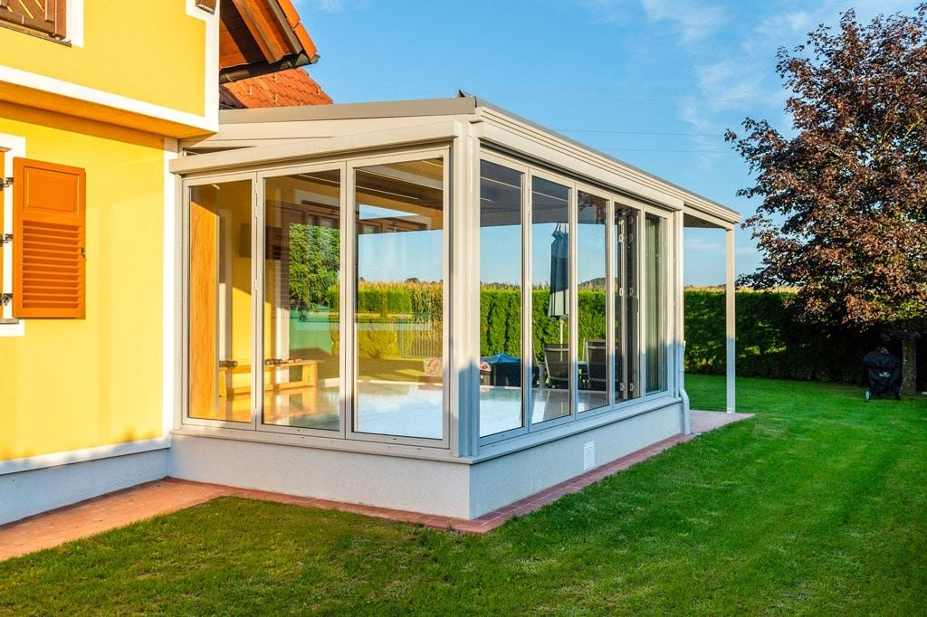 Sommergarten Alu 47 f | Terrassenverbau hellgrau beschichtet, Regen- & Windschutz verglast | Svoboda