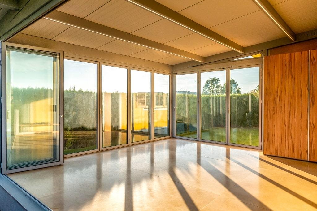 Sommergarten Alu 47 l | Innenansicht mit teils geschlossener, teils offener Faltverglasung | Svoboda