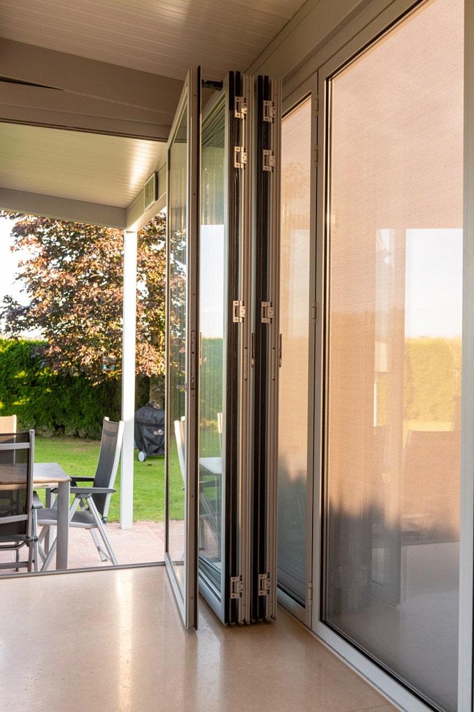 Sommergarten Alu 47 v | geöffnete, gefalltene Glasfaltwand bei Alu-Terrassendach | Svoboda