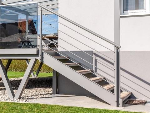 Ternitz 03 a   hellgraues Stiegengeländer aus Aluminium-Rundrohr mit waagrechten Stäben   Svoboda