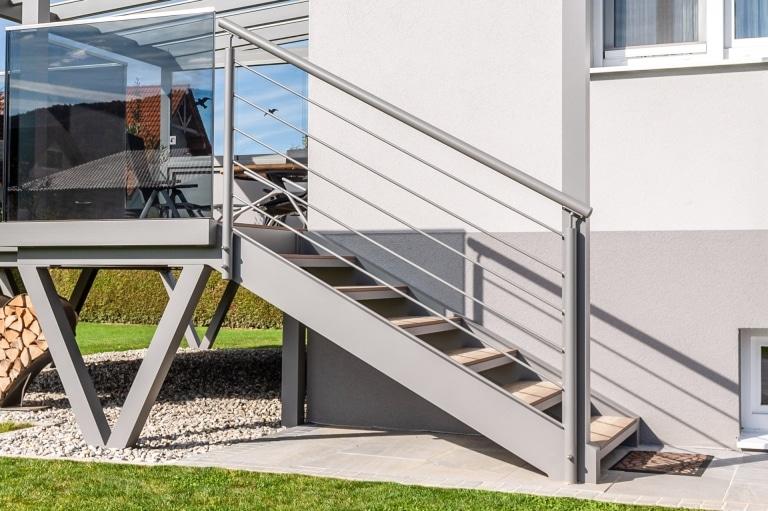 Ternitz 03 a | hellgraues Stiegengeländer aus Aluminium-Rundrohr mit waagrechten Stäben | Svoboda